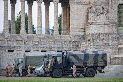 Militares italianos en el cementerio de Bérgamo después de que el ejército fue desplegado para transportar ataúdes del cementerio a las provincias vecinas, después de que el cementerio se viera abrumado por el brote del coronavirus en Bérgamo, Italia (REUTERS)