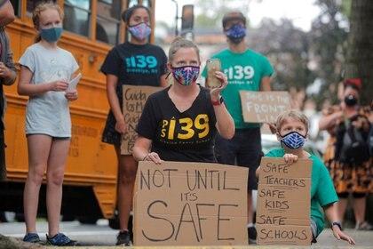 Padres e hijos protestan por la apertura de escuelas, tras la epidemia de la enfermedad por coronavirus (COVID-19) en el barrio de Brooklyn de Nueva York.  REUTERS / Brendan McDermid