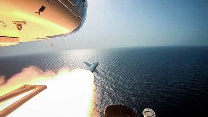 La Guardia Revolucionaria paramilitar de Irán disparó un misil desde un helicóptero a un portaaviones en el estrecho estratégico de Ormuz (AP)