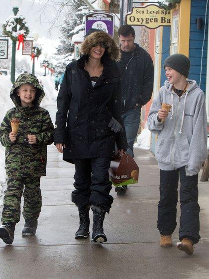 Angelina Jolie y sus hijos (Grosby)