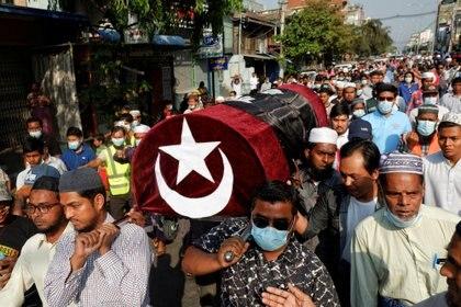 Personas asisten al funeral de una mujer que fue asesinada a tiros mientras la policía intentaba dispersar una manifestación contra el golpe en Mandalay, Myanmar, el 1 de marzo de 2021. REUTERS