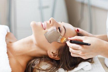 Las mascarillas faciales aportan energía y nutrición para mantener un rostro saludable (Getty Images)
