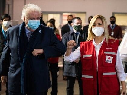 El ministro de Salud Ginés González García junto a la primera dama, Fabiola Yáñez, en la primera entrega de insumos médicos a hospitales junto a Cruz Roja Argentina