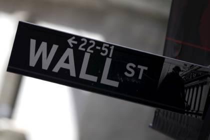 FOTO DE ARCHIVO. Una señalética muestra a Wall Street, en Nueva York, EEUU. 20 de enero de 2016. REUTERS/Mike Segar.
