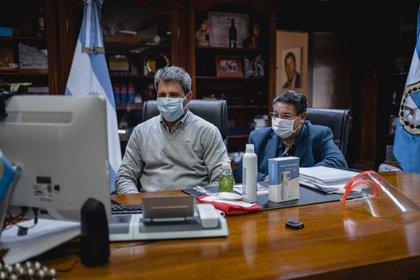 El gobernador de San Juan, Sergio Uñac, durante su comunicación con el ministro de Educación, Nicolás Trotta.