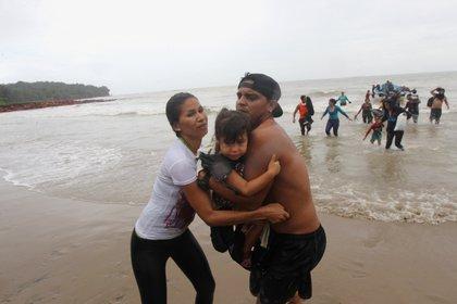 Migrantes venezolanos arribando a la playa Los Iros (Lincoln Holder / Cortesía del Newsday / Folleto vía REUTERS)
