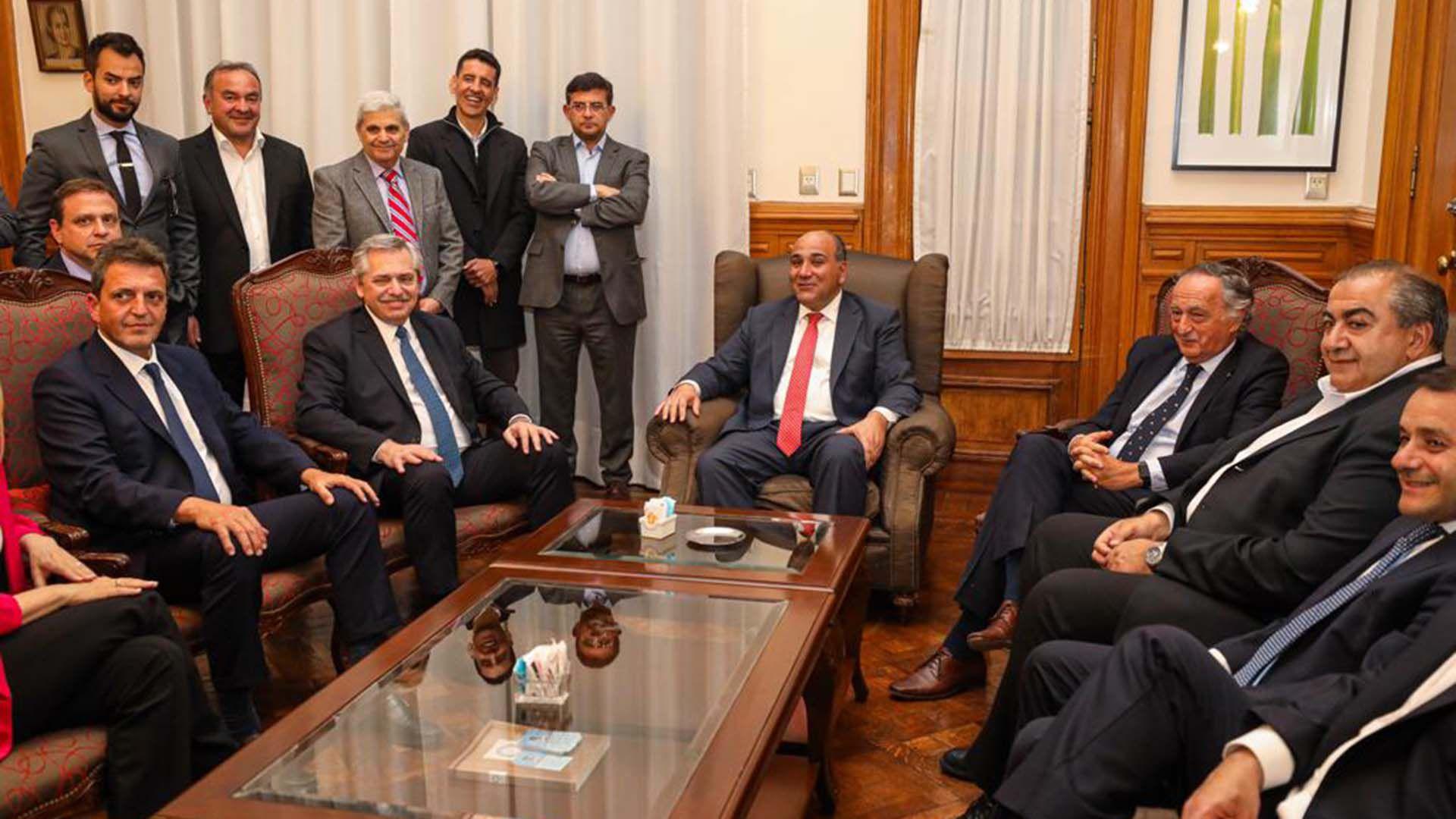 Fernández junto a Miguel Acevedo, de la UIA, Héctor Daer, de la CGT, y Sergio Massa, entre otros