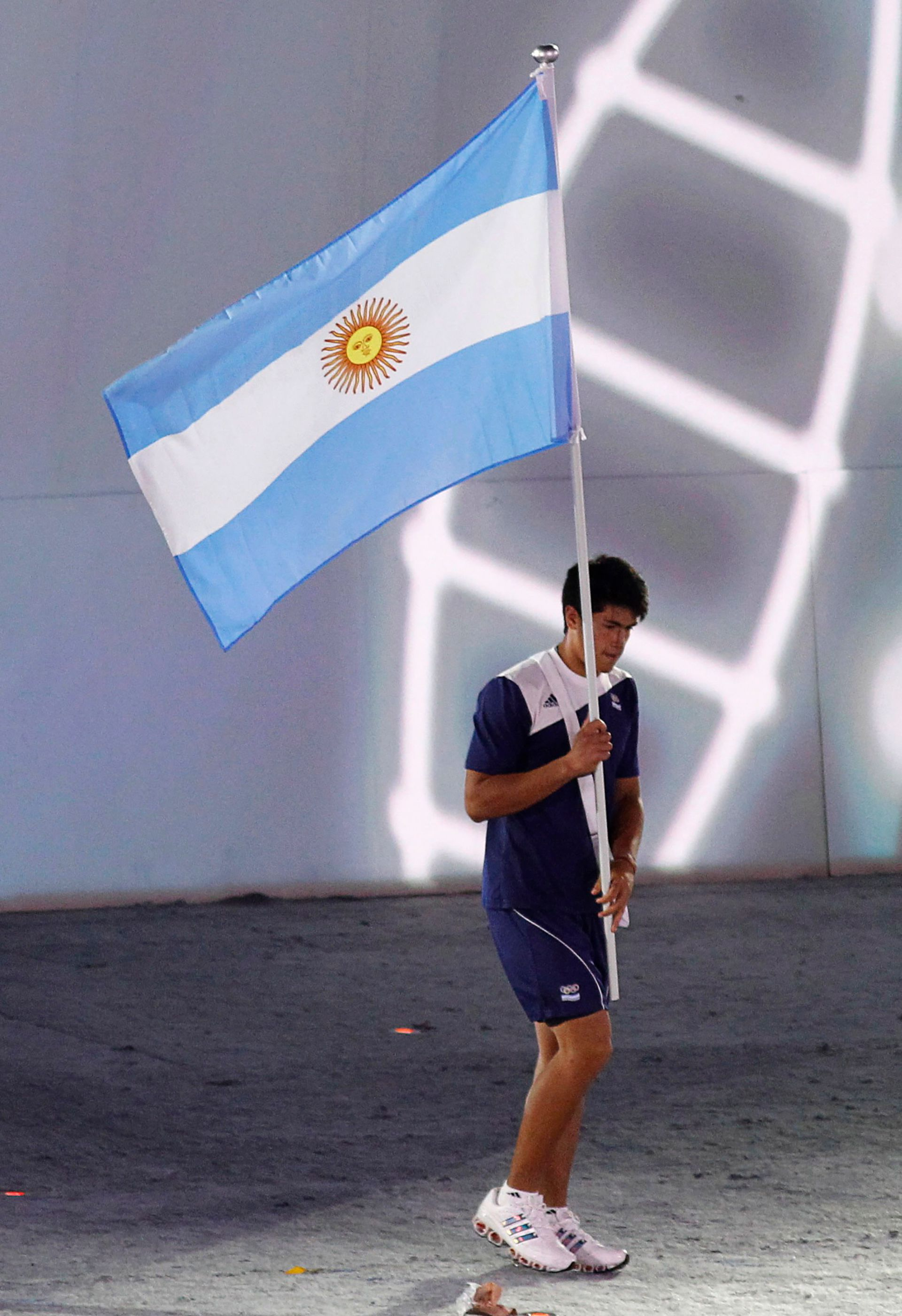 Toledo con la bandera argentina en la ceremonia de apertura de Singapur 2010 (REUTERS/Russell Boyce)