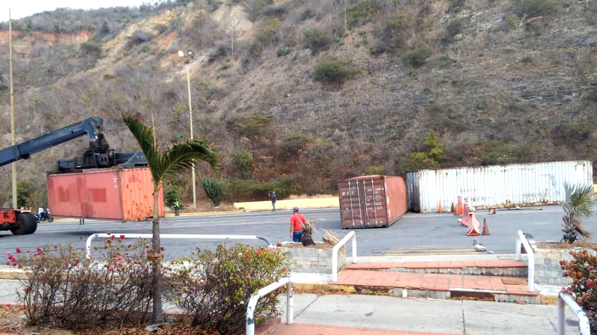 El régimen instaló contenedores de carga en la autopista Caracas-La Guaira para bloquear la vía (Iván Simonovis)