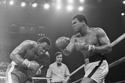 Muhammad Ali frente Joe Frazier en la pelea que se hizo en Filipinas en 1975.