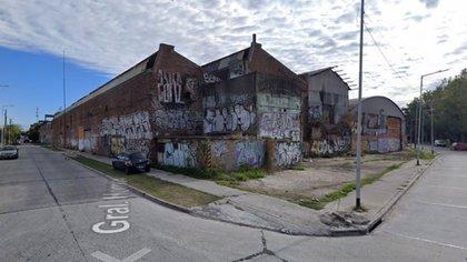 El crimen ocurrió dentro de esta fábrica abandonada donde conviven los detenidos