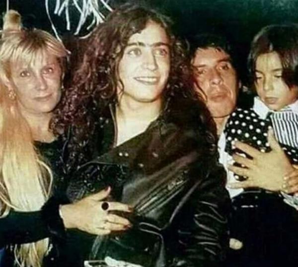 Ulises y su familia, acompañando a Rodrigo a un show