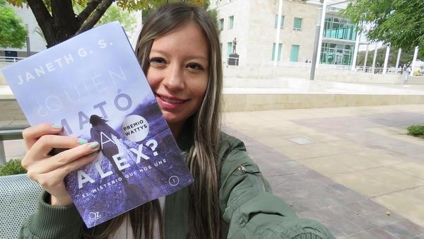 Janet GS y una selfie con el primer volumen de Quién mató a Alex