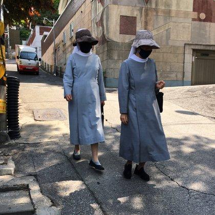 Dos monjas en una calle en Seúl. (Fotos cortesía: Andrés Felipe Solano)