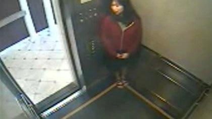 Elisa se esconde contra una de las paredes del ascensor, pero nadie se ve en el pasillo