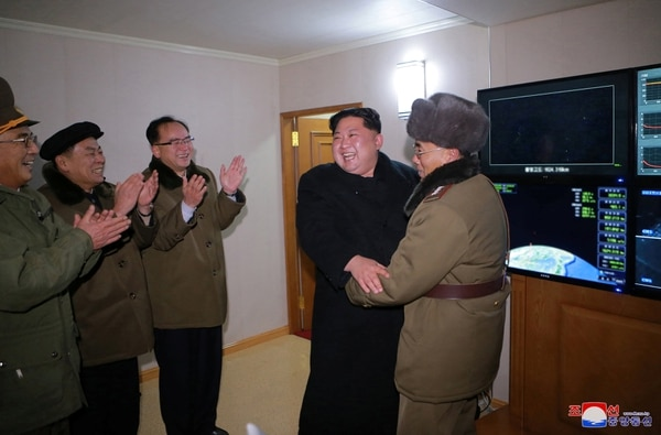 Kim Jong Un, feliz tras observar el lanzamiento del misil(REUTERS/KCNA)