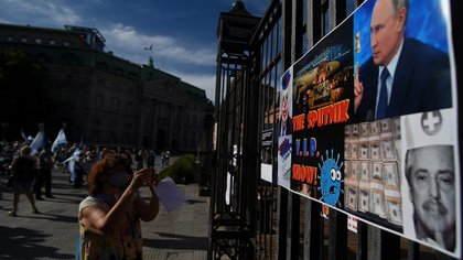 """Algunos de los carteles en contra del Gobierno y en repudio a la """"vacuna rusa"""" (Nicolás Stulberg)"""
