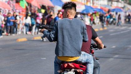 Tras un forcejeo, él continúa acelerando el motor y la víctima, al sostenerse del bolso, es arrastrada durante varios metros por la calle (Foto: Cuartoscuro)