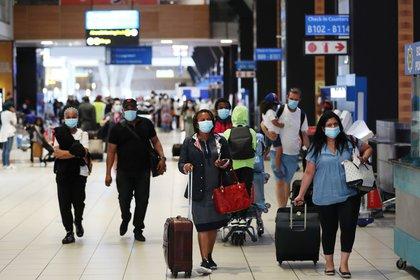 Pasajeros en el aeropuerto de Johannesburgo, Sudáfrica (Reuters)