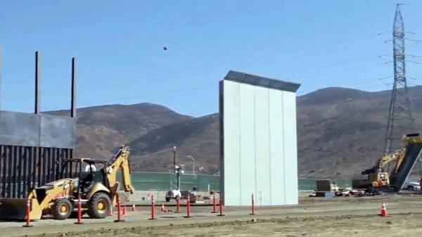 Prototipo del muro en la frontera con México.