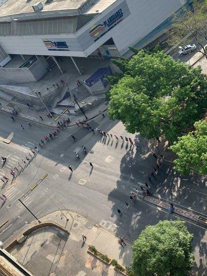 Las fuerzas de seguridad controlan la manifestación en la Urbanización Mirávila, en Sucre (Foto: Especial)