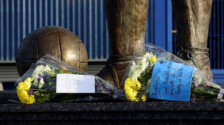(Foto: Reuters) Flores en la puerta del Estadio de Cardiff