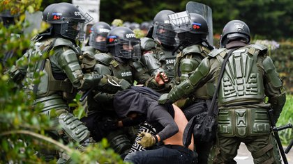 EDITORS NOTE: Graphic content / Riot police detain a demonstrator in Bogota, on November 21, 2019, during a nationwide strike called by students, unions and indigenous groups to protest against the government of Colombia's President Ivan Duque. (Photo by JUAN BARRETO / AFP)