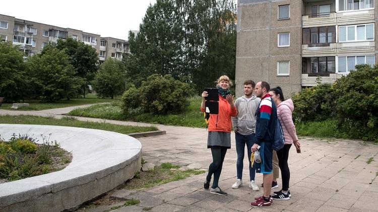 Un touren Vilnius, Lituania, donde fue filmada la serie Chernobyl (AP Photo/Mindaugas Kulbis)