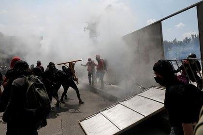 Imagen de archivo. Manifestantes participan en una marcha contra la violencia policial en Ciudad de México días después de que oficiales antidisturbios patearan a una manifestante en la cabeza mientras protestaba contra las muertes de George Floyd, en Estados Unidos, y Giovanni López, en México. 8 de junio de 2020. REUTERS / Carlos Jasso