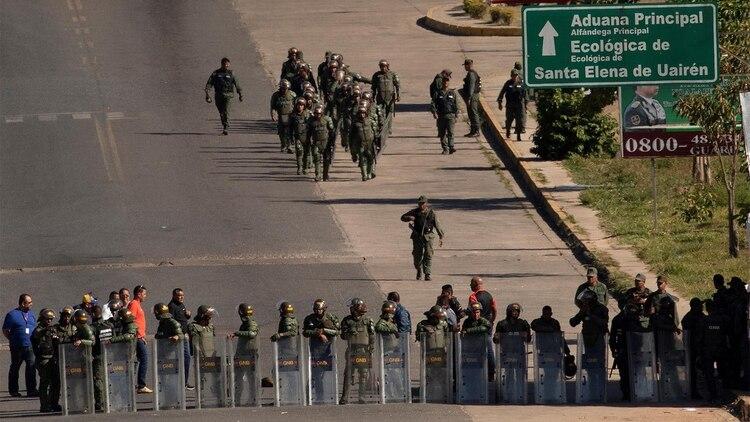 Miembros de la Guardia Nacional Bolivariana montan guardia en el paso fronterizo ubicado en la localidad de Pacaraima(EFE/Joédson Alves)