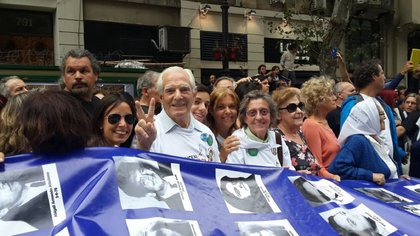 Los padres de Claudio y Norberto Morresi en una movilización con organismos de Derechos Humanos