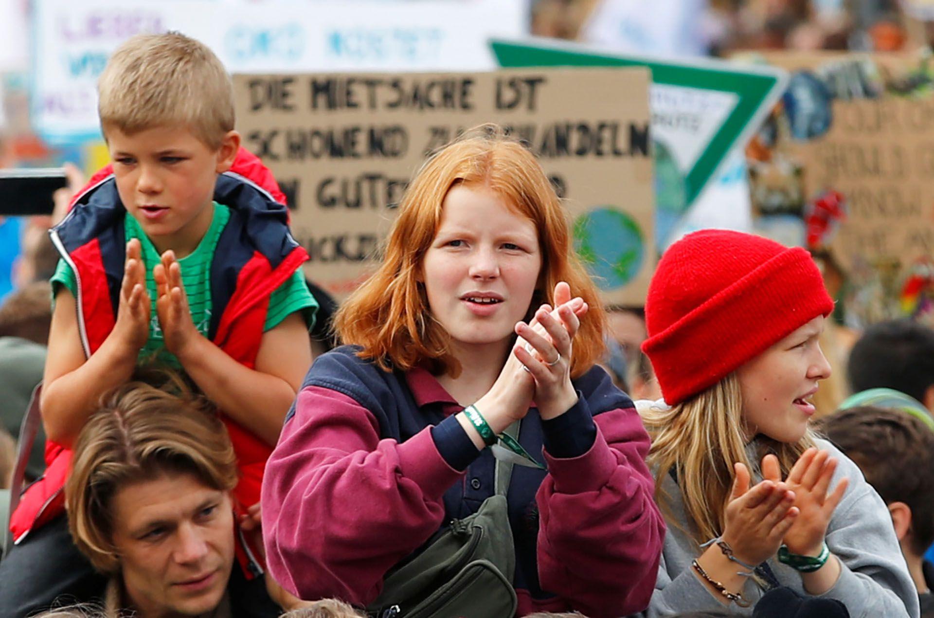 Niños y niñas participan en la Huelga Climática Mundial del movimiento Viernes por el Futuro, en Berlín, Alemania, 20 de septiembre de 2019 (REUTERS/Hannibal Hanschke)