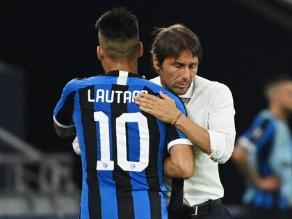 Soccer Football - Europa League - Round of 16 - Inter Milan v Getafe - Veltins-Arena, Gelsenkirchen, Germany - August 5, 2020 Inter Milan's Lautaro Martinez with coach Antonio Conte, as play resumes behind closed doors following the outbreak of the coronavirus disease (COVID-19) Pool via REUTERS/Ina Fassbender