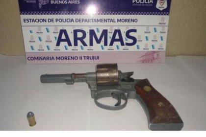 El viejo revolver que les incautaron con una bala en la recámara.