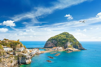 A solo una hora de Nápoles en hidroala y uno de los favoritos de los europeos que buscan spas termales, playas llenas de sombrillas y agradables ciudades turísticas, el refugio abunda en encanto de la vieja escuela