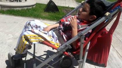 Tahiel cumplirá 7 años este sábado. A los 6 meses una neumonía casi le cuesta la vida: se recuperó de dos paros respiratorios, pero le quedaron graves secuelas. Encefalopatía crónica, epilepsia y desnutrición. Solo se alimenta por una sonda.