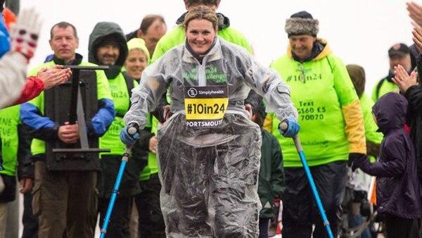 Claire Lomas, una deportista cuyo último objetivo fue recorrer 10 millas (16 km) en 24 horas en la carrera Great South Run de Londres (Twitter – Claire Lomas)