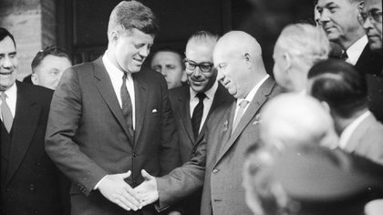 Kennedy junto al líder soviético, Nikita Kruschev (Getty Images)