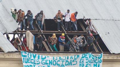 """""""Covid-19 en Devoto: jueces genocidas"""": la consigna en la bandera de los presos que ganaron el techo (Adrián Escandar)"""