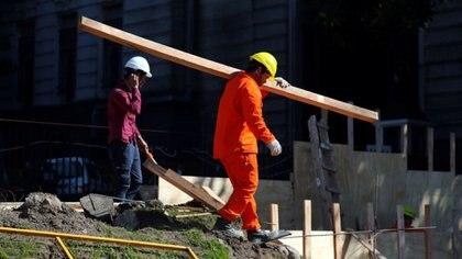Trabajadores de la construcción en Buenos Aires (REUTERS/Marcos Brindicci)