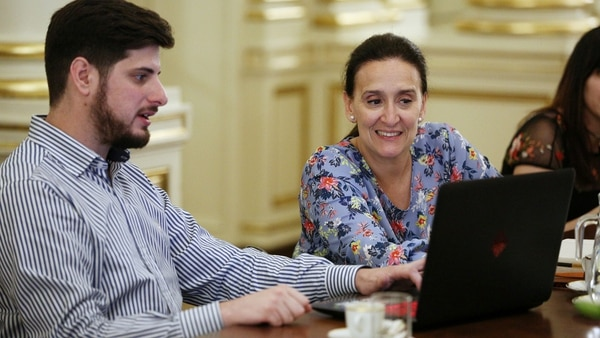 Un integrante del equipo no profesional junto con la vicepresidente de la nación Gabriela Michetti (CILSA)