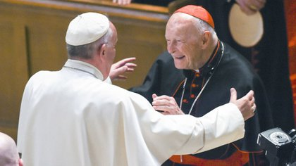 Theodore McCarri y el papa Francisco. (AP)