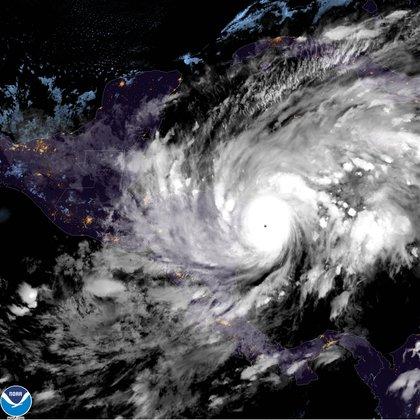 Fotografía satelital cedida por la Oficina Nacional de Administración Oceánica y Atmosférica (NOAA) por vía del Centro Nacional de Huracanes (NHC) donde se muestra la localización del ojo del huracán Eta a las 19:10 hora local (00:10 GMT). EFE/NOAA-NHC