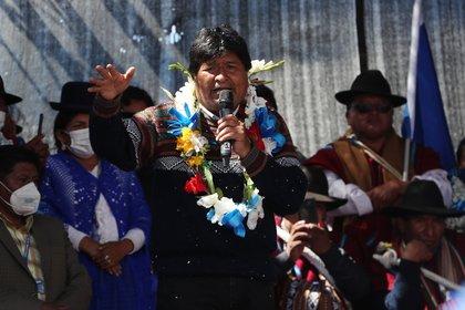 El expresidente de Bolivia Evo Morales (C) es visto junto a sus candidatos a la gobernación y la alcaldía, hoy en El Alto (Bolivia). EFE/Martin Alipaz