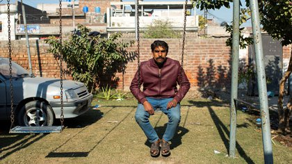 El verdugo Sabir Masih se balancea en un columpio en la ciudad paquistaní de Lahore el 10 de enero de 2019. Bisnieto, nieto e hijo de verdugos, Masih ha ejecutado a unos 300 reos (EFE)