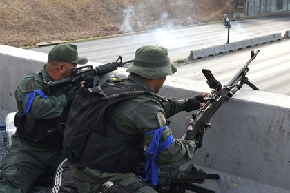 Militares con brazaletes azules que apoyaron la Operación Libertad (AFP)