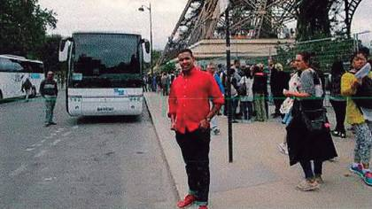 El terrorista Omar Hichamy, abatido por la policía en Cambrils, se toma una foto junto a la Torre Eiffel en París en un viaje poco antesa la masacre (AFP)