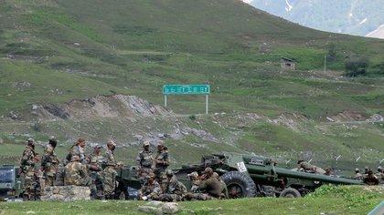Soldados indios descansan junto a la artillería en territorio fronterizo con China (Reuters/ Stringer)