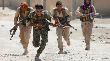 Milicias kurdas y árabes en los combates calle por calle (Reuters)