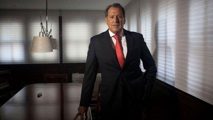 """Otra imagen del empresario en su despacho. """"El 2020, será recordado como el año en el que la población tuvo miedo por el avance del COVID 19"""", dijo semanas atrás (Diego Levy / Bloomberg)"""